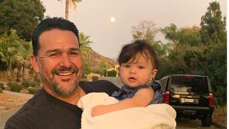 Emmanuel Cafferty comemorou com as filhas e os netos o emprego — que perdeu depois de cancelamento no Twitter