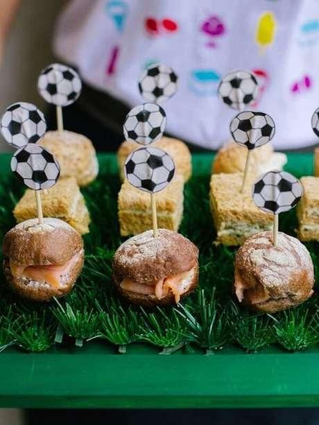 3. Aperitivos criativos para festa tema futebol simples. Fonte: Pinterest