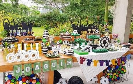 8. Aproveite o quintal da casa para montar sua festa tema futebol simples. Fonte: Pinterest