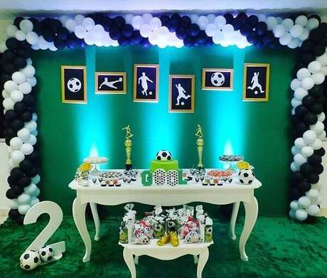 66. As luzes trazem charme para a mesa do bolo. Fonte: Pinterest