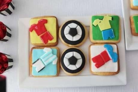 50. Biscoitos decorados são ideias para festa tema futebol. Fonte: Pinterest