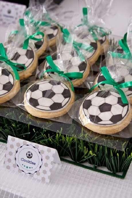 26. Biscoitos em formato de bola usado como tema futebol festa infantil. Fonte: Pop Lembrancinhas