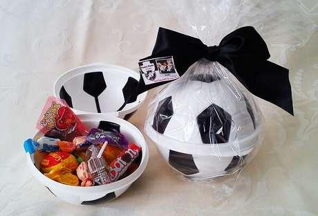 11. Bola recheada de doces para festa tema futebol lembrancinhas. Fonte: Pinterest
