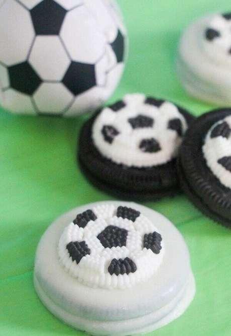 44. Bolacha crocante personalizada com pasta americana para decoração de festa tema futebol simples. Fonte: Pinterest