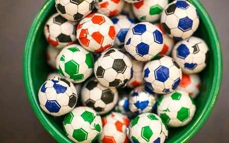 48. Bolas de chocolate são ideias para festa tema futebol. Fonte: Pinterest