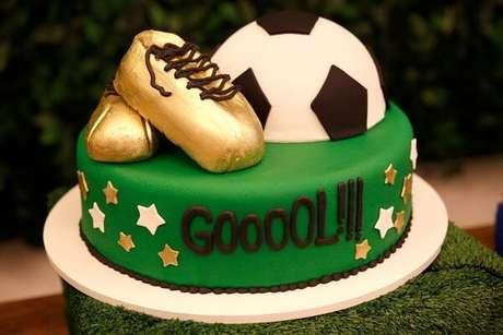 67. Bolo criativo feito especialmente para festa tem futebol. Fonte: Pinterest