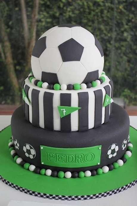 54. Bolo feito em camadas e personalizado para festa tema futebol. Fonte: Pinterest