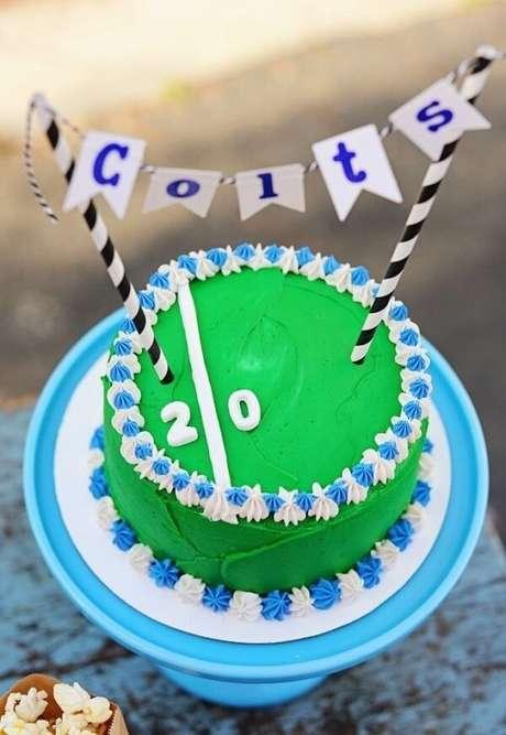 79. Bolo para decoração de festa tema futebol simples. Fonte: Pinterest