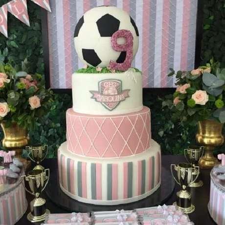 63. Bolo para festa tema futebol meninas feito em várias camadas. Fonte: Pinterest