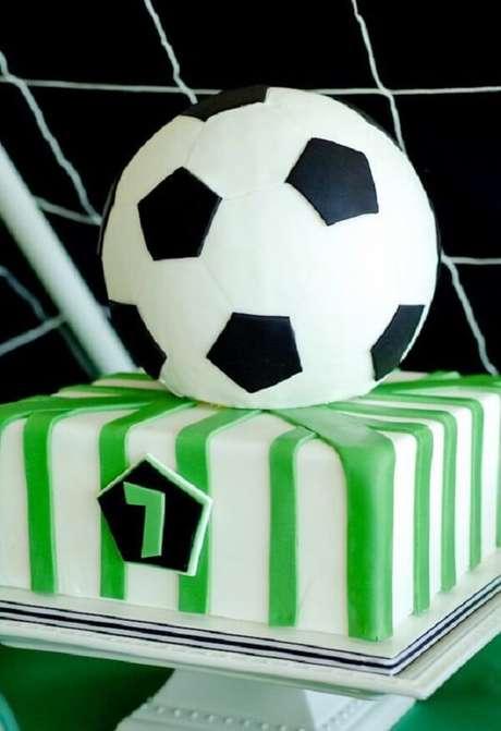 81. Bolo personalizado para festa tema futebol. Fonte: Pinterest