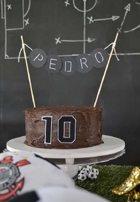 82. Bolo simples de chocolate para festa tema futebol. Fonte: Pinterest