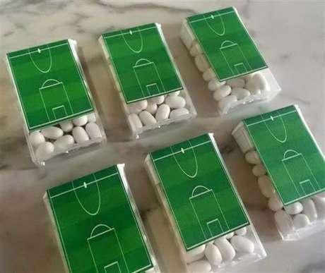 46. Caixinha de tic tac personalizada são ideias para festa tema futebol. Fonte: Pinterest