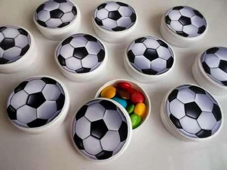 72. Caixinhas em formato d ebola escondem deliciosos confetes coloridos. Fonte: Pinterest