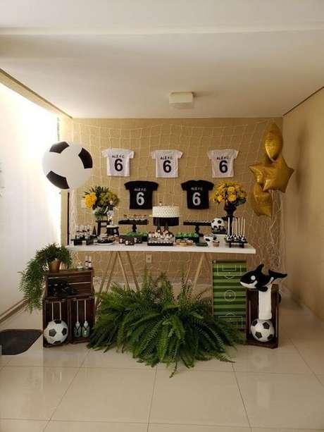 53. Camisetas personalizadas podem complementar a decoração de festa tema futebol. Fonte: Pinterest
