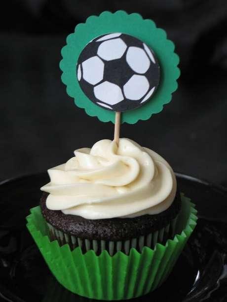 16. Cupcake com tag personalizada para festa infantil tema futebol. Fonte: Um Doce Dia