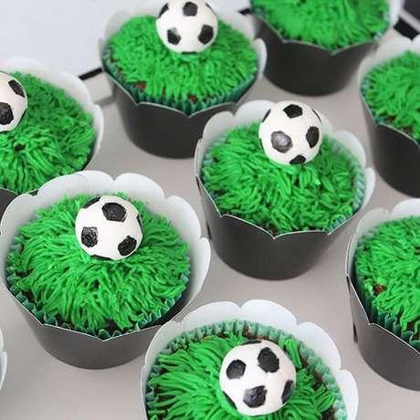 38. Cupcakes criativos para decoração de festa infantil tema futebol. Fonte: Pinterest