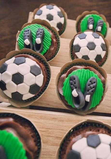 69. Cupcakes para decoração de festa tema futebol simples. Fonte: Pinterest