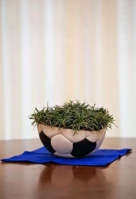 19. Decoração de centro de mesa com bola e grama para festa de aniversário tema futebol. Fonte: Pinterest