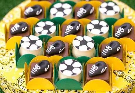 39. Decoração de festa infantil tema futebol Copa do Mundo. Fonte: Pinterest