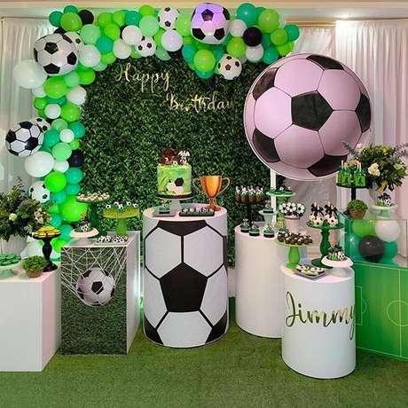 23. Decoração de festa tema futebol com painel verde artificial. Fonte: Pinterest