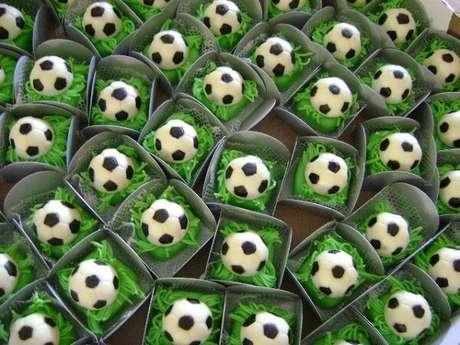42. Decoração de festa tema futebol simples com docinhos personalizados. Fonte: Pinterest