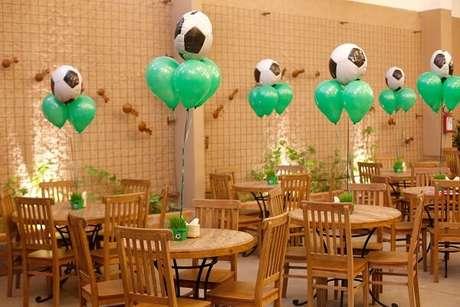 10. Decoração de festa tema futebol simples para a mesa dos convidados. Fonte: Pinterest