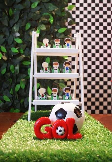 40. Detalhes da decoração de festa infantil tema futebol. Fonte: Pinterest