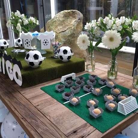 56. Detalhes que chamam a atenção na mesa do bola da festa tema futebol. Fonte: Pinterest