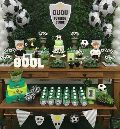 74. Distribua os docinhos da festa tema futebol por toda a mesa do bolo. Fonte: Pinterest