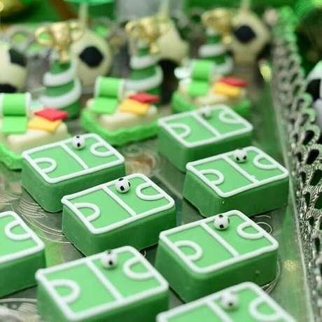 78. Docinhos com tema festa futebol que chamam a tenção na mesa do bolo. Fonte: Pinterest