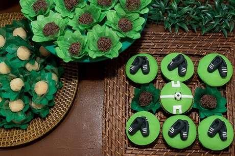 7. Docinhos delicados para decoração de festa infantil tema futebol. Fonte: Jaque Salles
