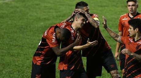 Léo Cittadini comemorando seu gol na partida de ida conta o Londrina. (Foto: Divulgação/Athletico-PR)