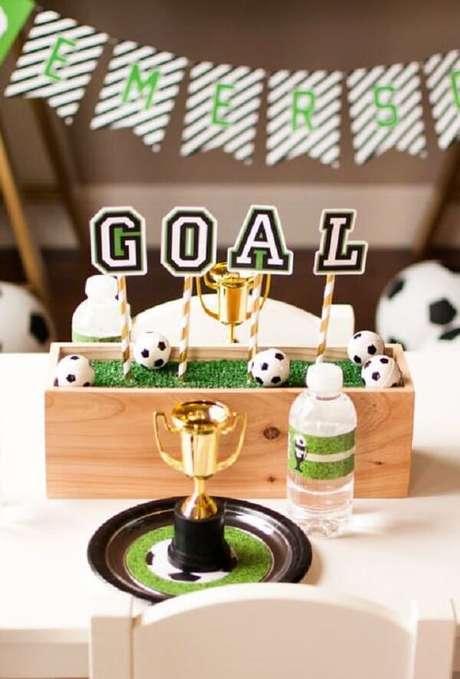 43. Enfeite de mesa para decoração de festa tema futebol simples. Fonte: Pinterest