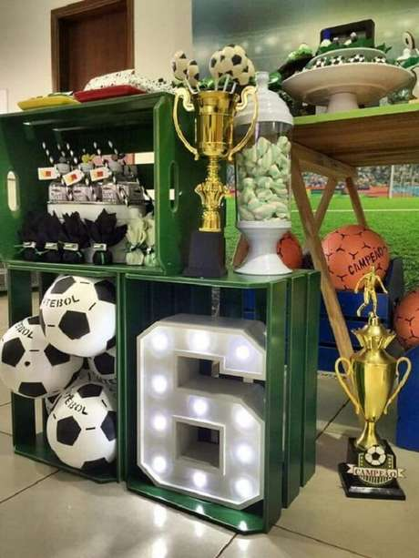 9. Use caixotes de madeira, letras decorativas, bolas e troféu para decorar sua mesa de bolo. Fonte: Pinterest