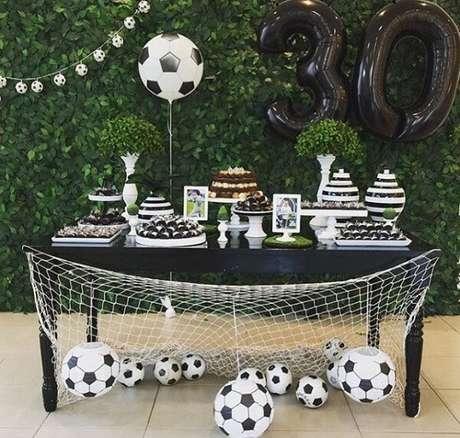 31. Festa tema futebol ideias com bolas por toda a parte. Fonte: Pinterest