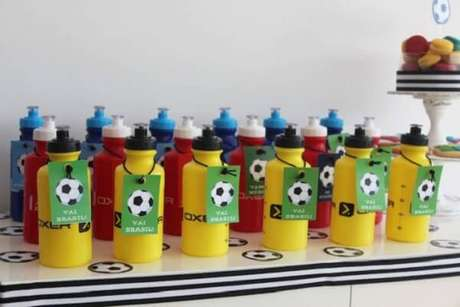 30. Garrafinhas de água personalizadas com tema futebol festa infantil. Fonte: Pinterest