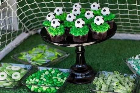 60. Harmonize todos os doces na mesa do bolo. Fonte: Pinterest