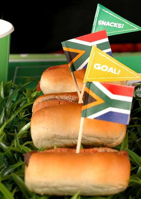 27. Hot dogs com tags personalizadas para tema de festa futebol. Fonte: Pinterest