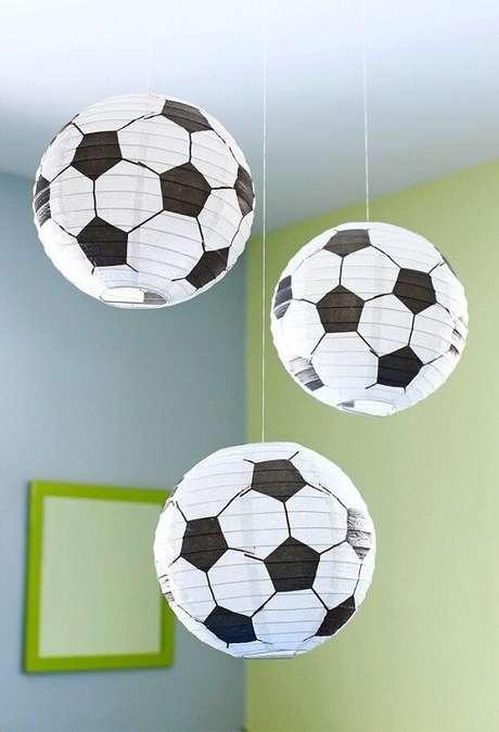 45. Luminárias redondas padrão de bola para decoração de festa tema futebol simples. Fonte: Pinterest