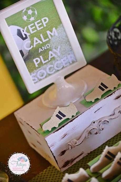 58. Objetos em madeira decoram a mesa do bolo. Fonte: Pinterest