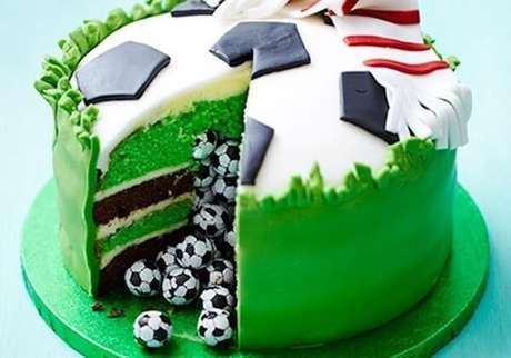 6. Os bolos personalizados fazem sucesso na festa tema futebol. Fonte: Pinterest