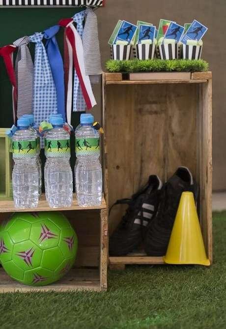 51. Os caixotes de madeira complementam a decoração de festa tema futebol. Fonte: Pinterest