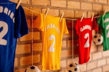 13. Para festa tema futebol procure fixar na parede camisetas personalizadas. Fonte: Pinterest