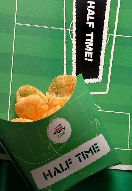 21. Petiscos individuais para tema de festa futebol. Fonte: Pinterest