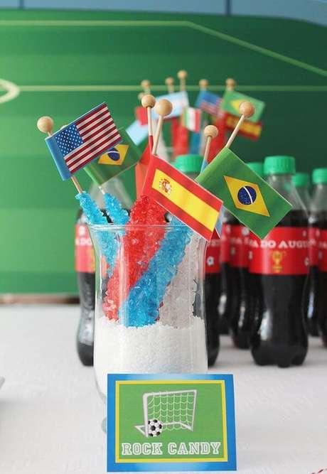 22. Pirulitos com tema de festa futebol adoçam os convidados da festa. Fonte: Pinterest