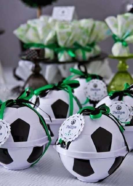 76. Preencha a bola com chocolate, balas, pirulitos e chicletes e use na festa tema futebol lembrancinhas. Fonte: Pinterest