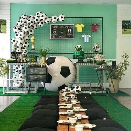 1. Reúna as crianças da festa tema futebol em uma única mesa. Fonte: Pinterest
