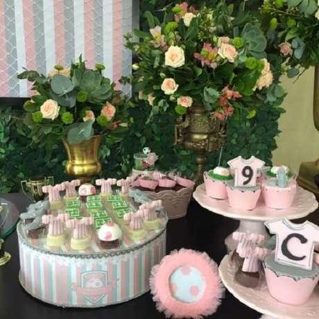 65. Reúna travessas e pratos de bolo para organizar brigadeiros, beijinhos e demais doces. Fonte: Pinterest