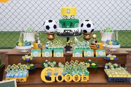 25. Use letras decorativas na decoração de festa tema futebol. Fonte: Pinterest