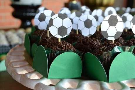 77. Use tags personalizadas na festa tema futebol simples. Fonte: Pinterest